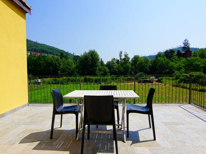 Appartamento trilocale con ampio terrazzo a Carrodano